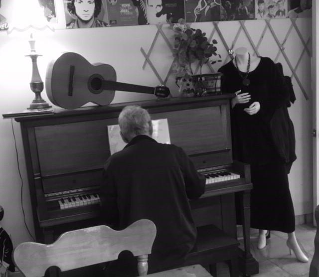 Un piano pour briser l'isolement au Café L'Entre-Gens